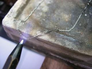切れたプラチナネックレスの修理03.JPG